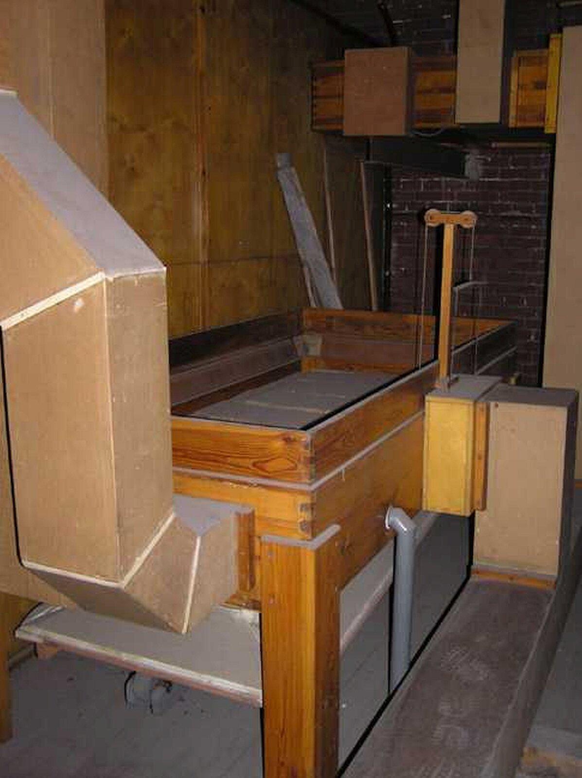 Miech organowy. Na zdjęciu drewniana obudowa, podobna do wysokiego łóżka. Wśrodku znajduje się miech. Na tym zdjęciu nie ma dźwigni, ponieważ ten miech pracuje na prąd.