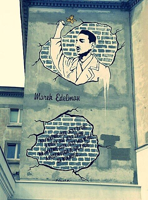 Mural ze słowami M. Edelmana Mural ze słowami M. Edelmana Źródło: Spacejam2, licencja: CC BY 3.0.