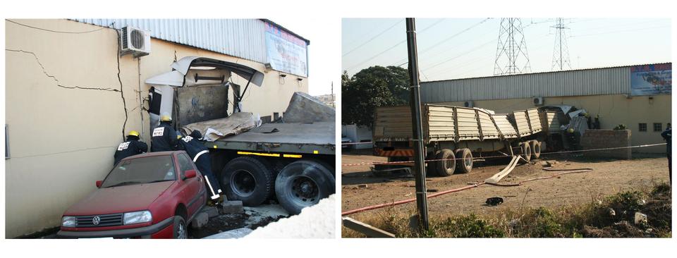 Dwa zdjęcia przedstawiają ten sam wypadek drogowy zudziałem ciężarówki uchwycony zdwóch różnych stron. Na lewym zdjęciu ciężarówka, której ciągnik jest wwiększości wbity wścianę budynku pokazana jest zbliska zlewej strony. Mur budynku wokół kokpitu ciężarówki popękany. Obok mury stoją trzej strażacy. Na pierwszym planie, na lewo od ciężarówki, czerwony samochód osobowy. Przód samochodu skierowany przodem do obserwatora zdjęcia. Tył samochodu skierowany wstronę ciężarówki, przypuszczalnie jest częściowo przez nią zmiażdżony. Prawe zdjęcie przedstawia tę samą scenę zdrugiej strony ciężarówki, zodległości kilkudziesięciu metrów. Na pierwszym planie podwórze przed budynkiem. Na środku kadru długa, kilkunastometrowa przyczepa ciężarówki. Boczne ściany przyczepy częściowo uszkodzone inachylone do wnętrza przyczepy. Wtle zniszczony budynek.