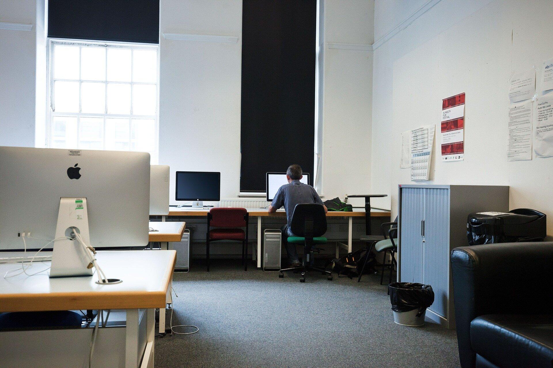 Sala komputerowa Sala komputerowa Źródło: stux, domena publiczna, [online], dostępny winternecie: pixabay.com.
