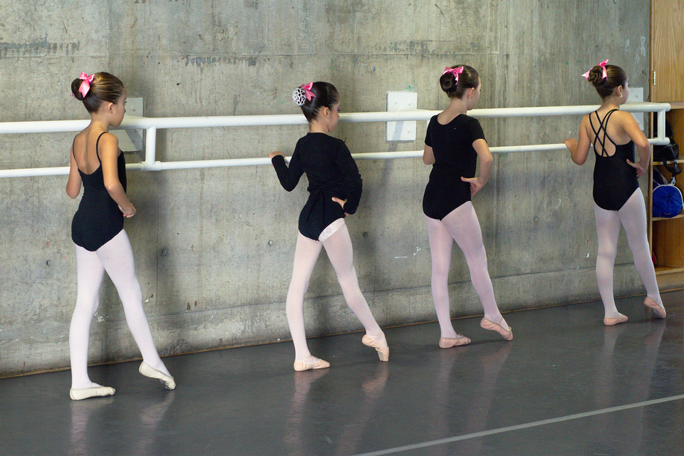 Pokaz slajdów składający się zserii fotografii, na każdej przedstawione jest dziecko lub grupa dzieci uprawiających sport lub podejmujących wysiłek fizyczny: taniec - balet.