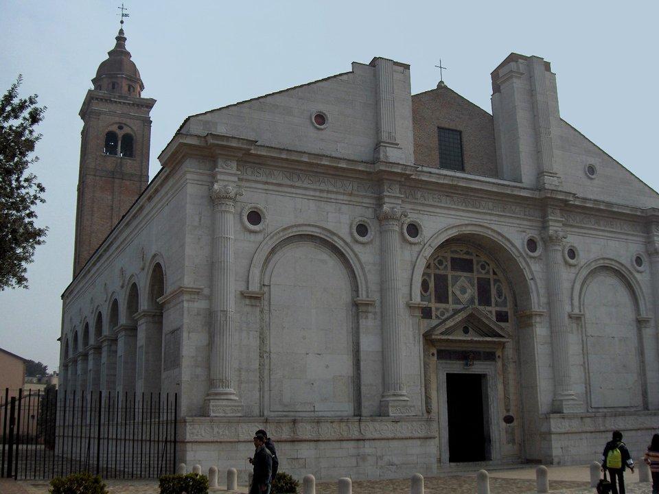 Kościół św. Franciszka wRimini. Fasadę kościoła zaprojektował iwzniósł wlatach 50. XV w. znany artysta iznawca starożytnej architekturyLeon BattistaAlberti (m.in. tłumaczył iprzerabiał dzieło Witruwiusza–rzymskiego architekta iinżyniera wojennego żyjącego wIw. p.n.e.). Zastosował on wfasadzie detale znane zbudowli antycznych – kolumnę, łuk, gzymsy. Kościół św. Franciszka wRimini. Fasadę kościoła zaprojektował iwzniósł wlatach 50. XV w. znany artysta iznawca starożytnej architekturyLeon BattistaAlberti (m.in. tłumaczył iprzerabiał dzieło Witruwiusza–rzymskiego architekta iinżyniera wojennego żyjącego wIw. p.n.e.). Zastosował on wfasadzie detale znane zbudowli antycznych – kolumnę, łuk, gzymsy. Źródło: Georges Jansoone, 2006, Wikimedia Commons, licencja: CC BY-SA 4.0.