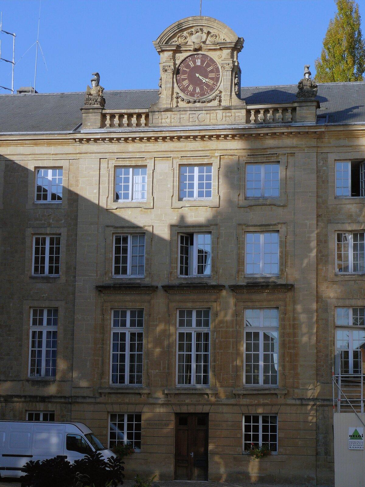 Rys. 2. Zdjęcie poglądowe przedstawia fragment historycznego budynku szkoły kształcącej inżynierów wojskowych. Fronton budynku zwieńczony attyką zzegarem.