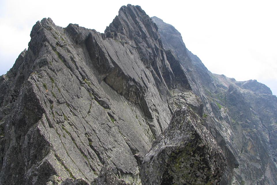 Fotografia prezentuje piętro turni. Na fotografii widoczne nagie, strome szczyty górskie.