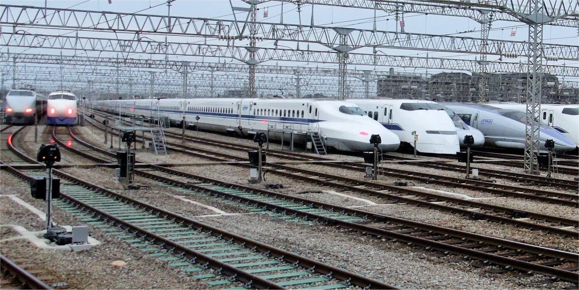 Szybkie japońskie pociągi Shinkansen rozwijające prędkość ponad 400 km/h