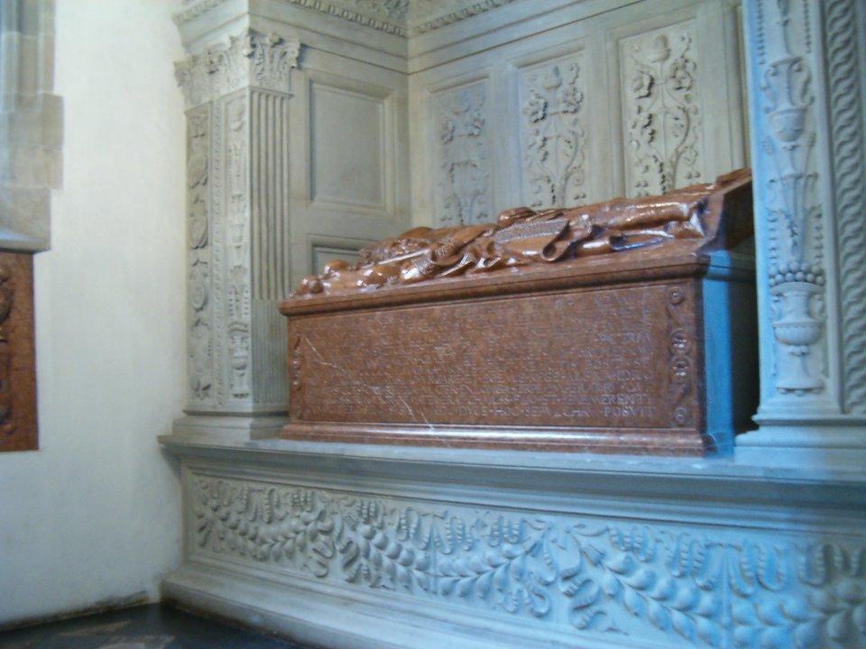 Nagrobek Jana Olbrachta wKrólewskiej Katedrze na Wawelu.Wspaniałerenesansowe obramienie nagrobka było dziełem Franciszka Florentczyka ipowstało wlatach 1502-1505. Dzieło uznawane jest ze jedno zpierwszych manifestacji pełnej sztuki renesansowej na terenie polskim. Sama tumba grobowa to dzieło jeszcze gotyckie, wywodzące się zwarsztatu Stwosza. Nagrobek Jana Olbrachta wKrólewskiej Katedrze na Wawelu.Wspaniałerenesansowe obramienie nagrobka było dziełem Franciszka Florentczyka ipowstało wlatach 1502-1505. Dzieło uznawane jest ze jedno zpierwszych manifestacji pełnej sztuki renesansowej na terenie polskim. Sama tumba grobowa to dzieło jeszcze gotyckie, wywodzące się zwarsztatu Stwosza. Źródło: Poznaniak, Wikimedia Commons, licencja: CC BY-SA 2.5.