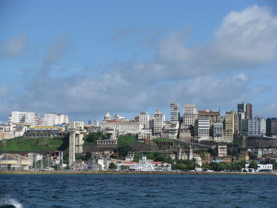 Na zdjęciu widok na miasto na brzegu morza, zabudowa wielopoziomowa, budynki tuż na plaży ipowyżej.