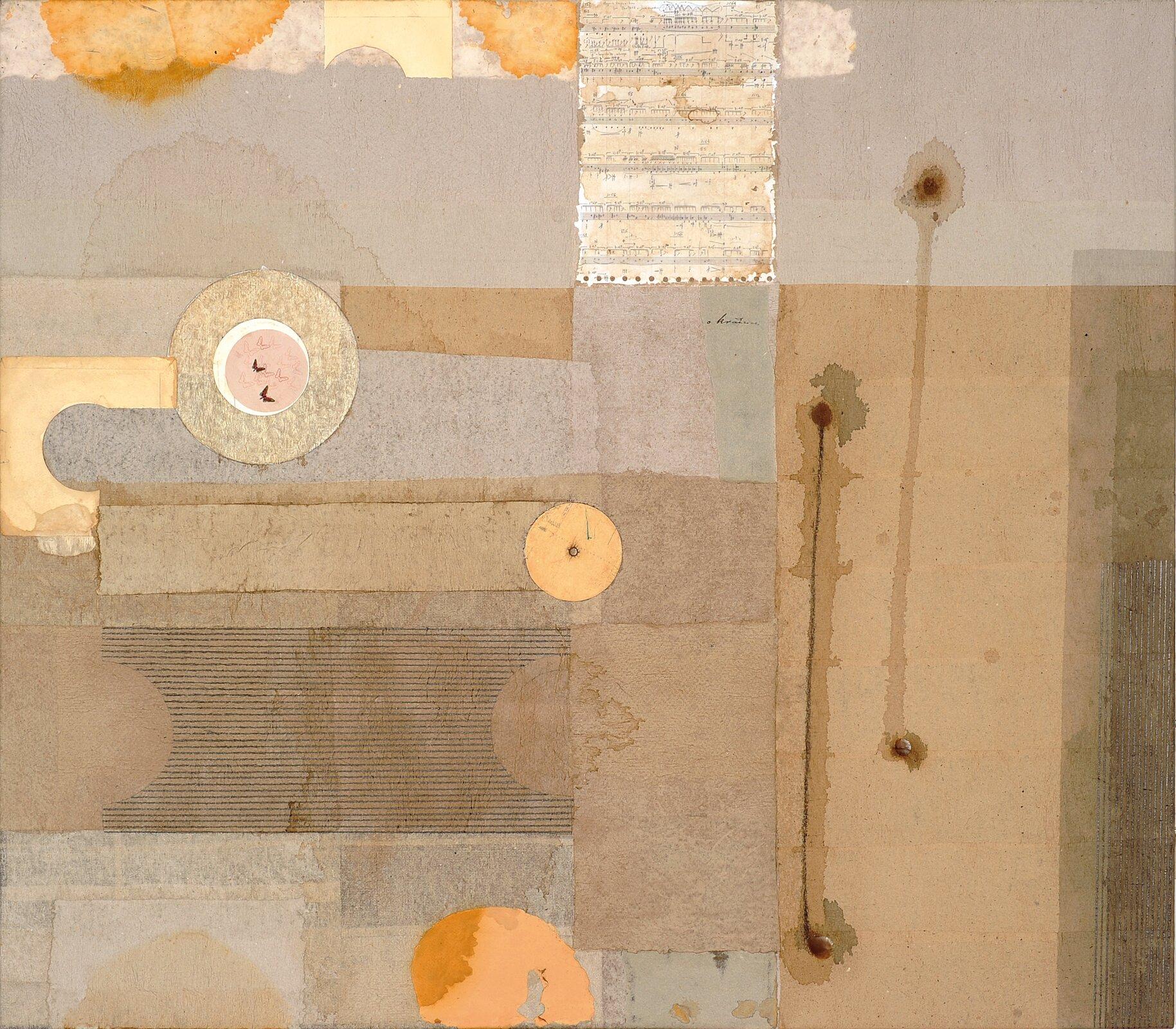 """Ilustracja przedstawia obraz """"Kompozycja zzapisem muzycznym I"""" autorstwa Ireneusza Kopacza. Abstrakcyjne dzieło wykonane jest wtechnice mieszanej. Składa się zprzyklejonych na płótno prostokątnych kształtów oraz kół. Artysta wswej pracy posłużył się różnymi rodzajami tektury ipapieru. Wgórnej partii kompozycji umieszczony został fragment partytury. Po prawej stronie znajdują się dwie rozpływające się, pionowe linie zakończone punktami. Statyczna, otwarta kompozycja utrzymana jest wtonacji beżowej zakcentami żółci ioranżu."""