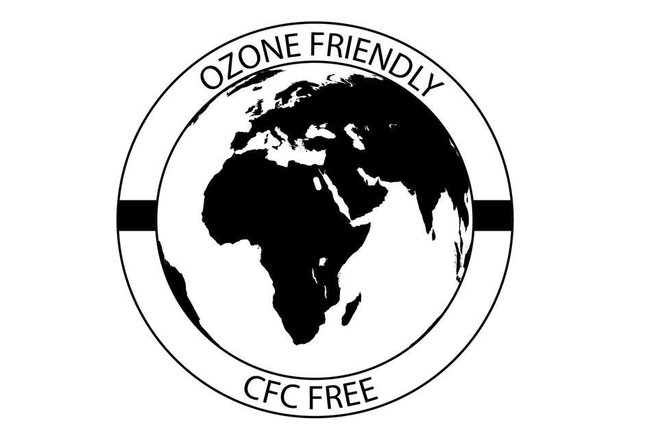 Okrągły znak umieszczany na produktach – przyjazny dla ozonu. Wśrodku widoczny fragment kuli Ziemskiej zAfryką iEuropą, na obwódce znaku napis Ozone Friendly.