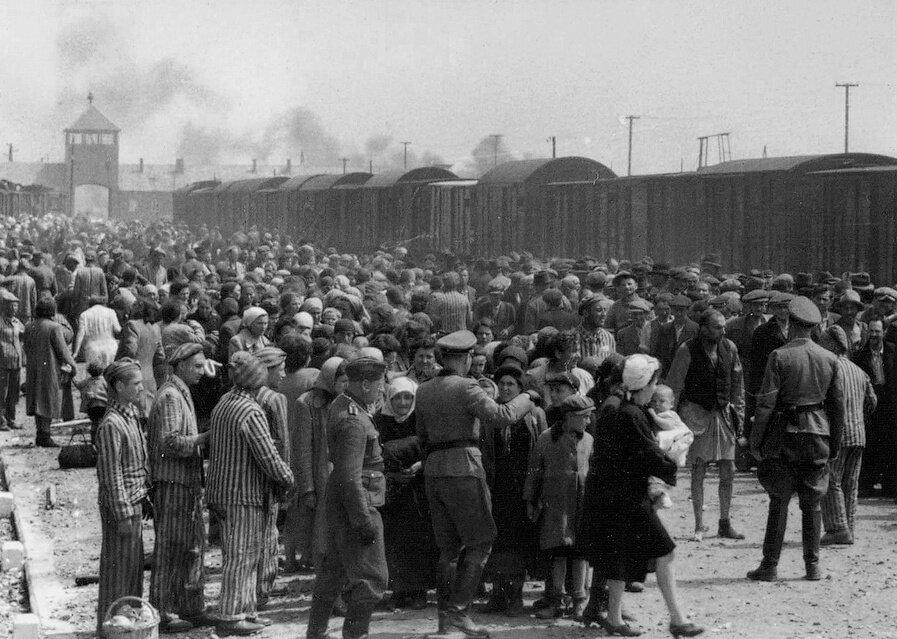 Rozładowywanie transportu iselekcja przybyłych do Auschwitz Rozładowywanie transportu iselekcja przybyłych do Auschwitz Źródło: domena publiczna.