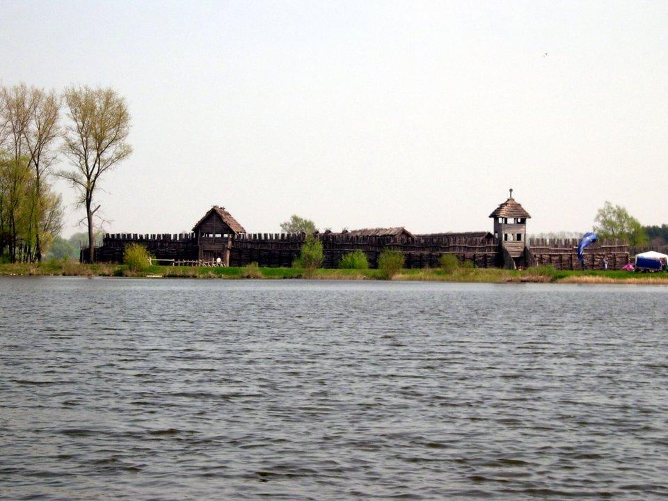Osada wBiskupinie - widok zjeziora Osada wBiskupinie - widok zjeziora Źródło: Przemysław Jahr, domena publiczna.