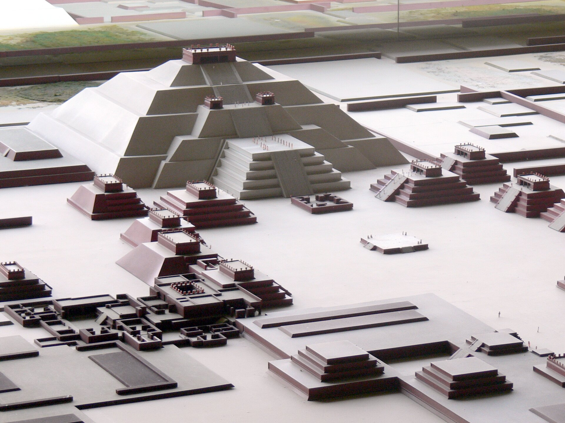Rekonstrukcja wielkiej piramidy słońca wTenochtitlan Rekonstrukcja wielkiej piramidy słońca wTenochtitlan Źródło: sshepherd, 2006, Wikimedia Commons, licencja: CC BY 2.0.
