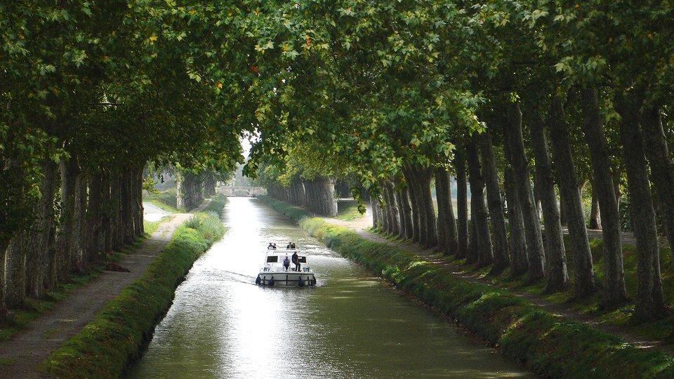 Kanał Południowy wybudowany został wXVII w. istanowił częśćpołączenia śródlądowego między Atlantykiem aMorzem Śródziemnym. Początkowo inwestycję rozpoczęto jako przedsięwzięcie prywatne. Przy budowie zastosowano nowatorskie rozwiązania techniczne (np. kanał biegł wtunelu).WXXI wieku Kanał znajduje się na liście światowego dziedzictwa UNESCO. Kanał Południowy wybudowany został wXVII w. istanowił częśćpołączenia śródlądowego między Atlantykiem aMorzem Śródziemnym. Początkowo inwestycję rozpoczęto jako przedsięwzięcie prywatne. Przy budowie zastosowano nowatorskie rozwiązania techniczne (np. kanał biegł wtunelu).WXXI wieku Kanał znajduje się na liście światowego dziedzictwa UNESCO. Źródło: Peter Gugerell, Wikimedia Commons, licencja: CC BY-SA 3.0.
