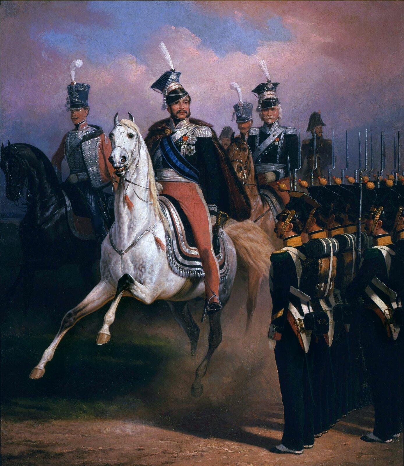 Zdjęcie przedstawia mężczyzn jadących konno. Po prawej stronie wszeregu stoi wojsko.