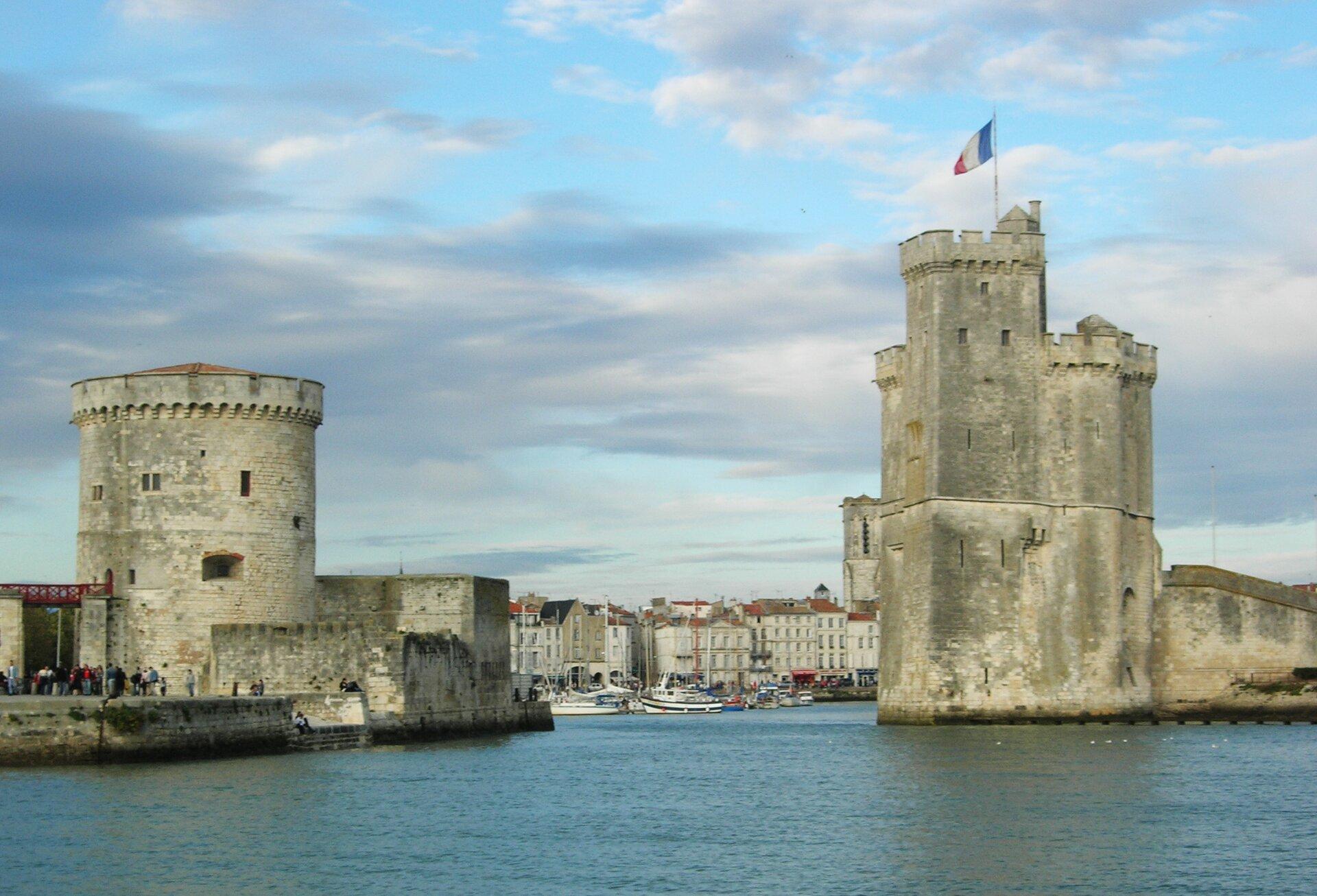 La Rochelle, wejście do portu strzeżone przez Wieżę Łańcuchową La Rochelle, wejście do portu strzeżone przez Wieżę Łańcuchową Źródło: Remi Jouan, 2005, Wikimedia Commons, licencja: CC BY-SA 3.0.