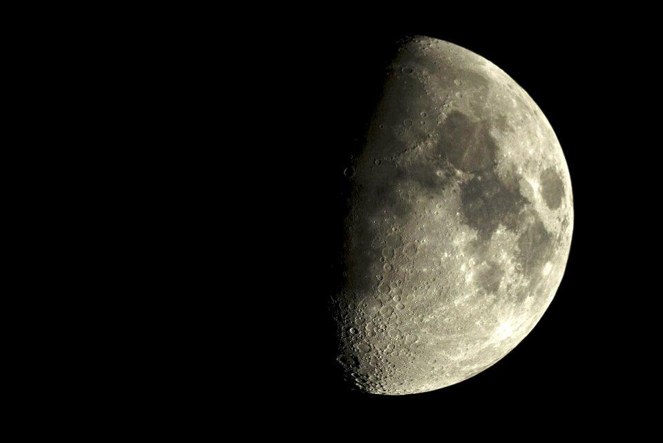 Zdjęcie przedstawia zbliżenie Księżyca Ziemi, aściślej mówiąc jego prawej połowy oświetlonej przez Słońce. Wtakim układzie dzięki bocznemu rzutowi światła ipowstającym na powierzchni Księżyca długim cieniom możliwe jest rozpoznanie kraterów, szczególnie wyraźnych na styku obszarów światła icienia.