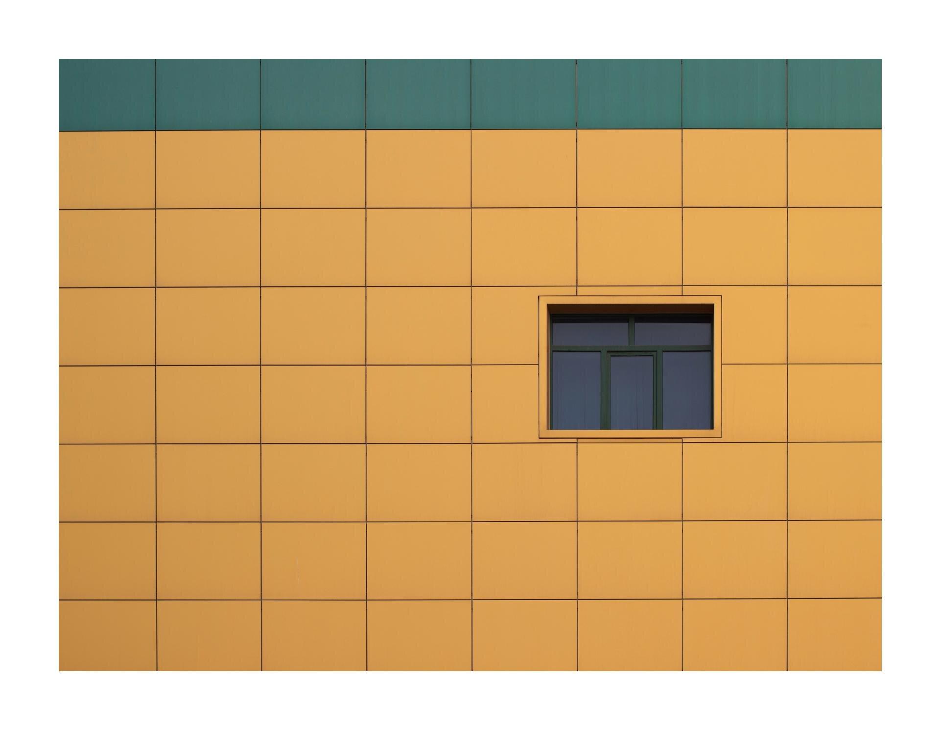 Wzadaniu zostało wykorzystane zdjęcie ściany budynku. Jest ona wkolorze brązowym, agórny pasek jest koloru zielonego, pośrodku znajduje się okno.