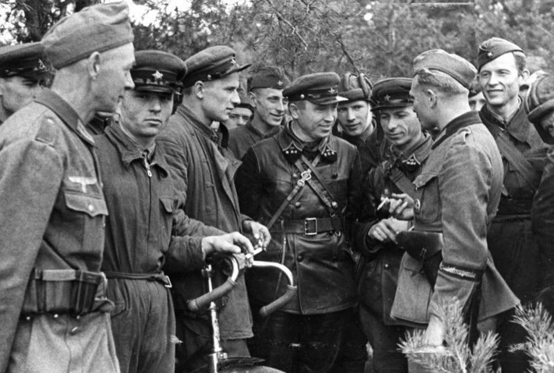Spotkanie żołnierzyWehrmachtuiArmii Czerwonej, 20 września 1939 Spotkanie żołnierzyWehrmachtuiArmii Czerwonej, 20 września 1939 Źródło: licencja: CC BY-SA 3.0.
