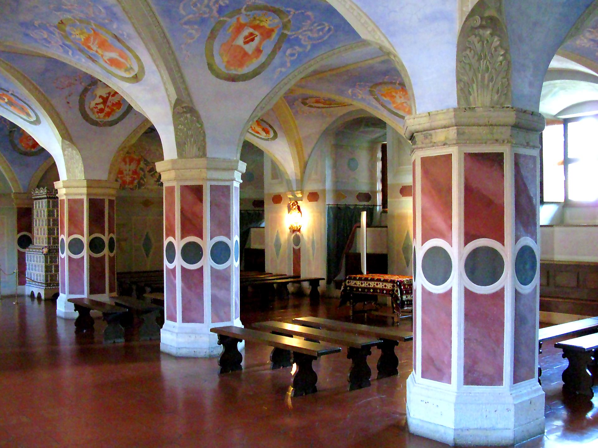 Zrekonstruowana sala posiedzeń izby poselskiej na Zamku Królewskim wWarszawie, gdzie odbywała się większość sejmów.Zwróć uwagę, że sala umiejscowiona była na parterze zamku (wskazują na to wysoko umieszczone okna). Wzwiązku ztym, gdy sejm obradował wcałości, posłowie ziemscy udawalisięna pierwsze piętro do sali senatu. Wówczas król siedział na tronie, senatorowie siedzieli, aposłowie zbraku miejsca musieli stać. Zrekonstruowana sala posiedzeń izby poselskiej na Zamku Królewskim wWarszawie, gdzie odbywała się większość sejmów.Zwróć uwagę, że sala umiejscowiona była na parterze zamku (wskazują na to wysoko umieszczone okna). Wzwiązku ztym, gdy sejm obradował wcałości, posłowie ziemscy udawalisięna pierwsze piętro do sali senatu. Wówczas król siedział na tronie, senatorowie siedzieli, aposłowie zbraku miejsca musieli stać. Źródło: Maciej Szczepańczyk, Wikimedia Commons, licencja: CC BY 3.0.