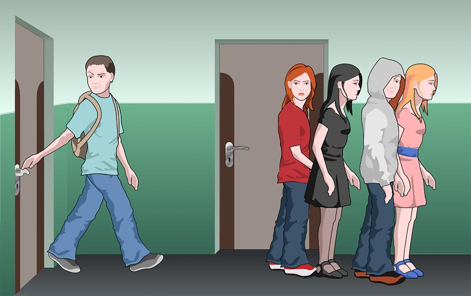 Kolorowa aplikacja przedstawia siedzących uczniów wklasie. Po lewej uczennica, po prawej uczeń. Uczniowie siedzą na krzesłach przy stolikach. Uczniowie skierowani wprawo. Przed uczniami stoi uczeń, głowa nakryta kapturem. Wpołowie ilustracji pytanie: co należy zrobić po usłyszeniu alarmu wszkole? Poniżej trzy błękitne prostokąty ztrzeba odpowiedziami. Odpowiedź a: pozostaję na miejscu iczekam na nauczyciela, b. bez paniki przystępuję do ewakuacji, c. jak najszybciej uciekam zklasy iszkoły.