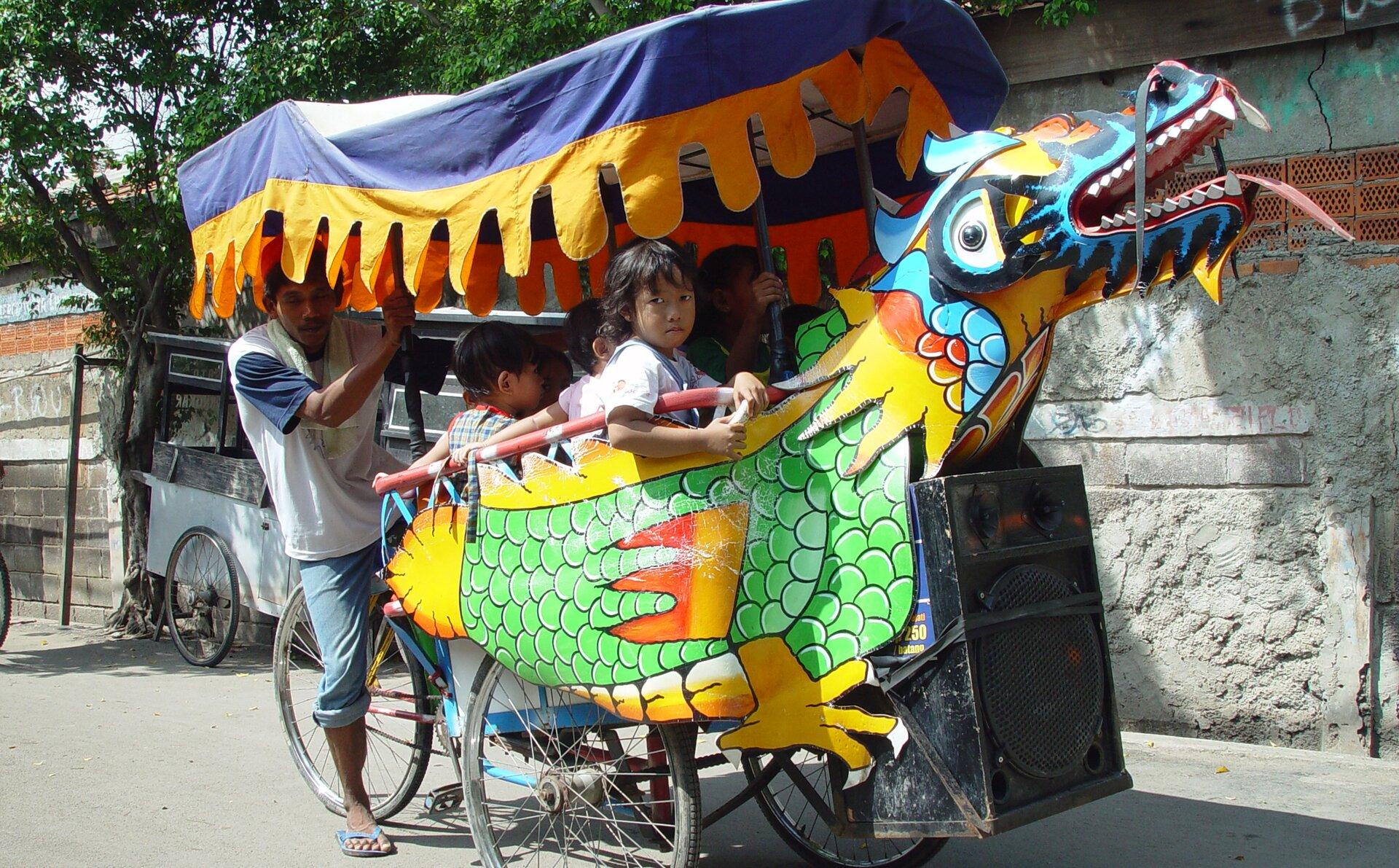 Indonezyjska riksza Indonezyjska riksza Źródło: Jonathan McIntosh, 2004, licencja: CC BY 2.0.