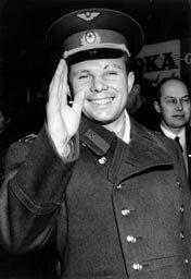Jurij Gagarin podczas wizyty wSzwecji Źródło: Sydsvenskan, Jurij Gagarin podczas wizyty wSzwecji, 1964, Fotografia, Sydsvenskan, domena publiczna.