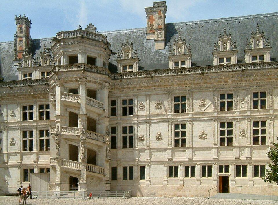 Klatka schodowa zamku wBlois.Jestto skrzydło wzniesione przez Franciszka Iwpierwszej poł. XVI w. Zastosowano do budowy kamień, adetal ma wyraźnie renesansowy charakter. Klatka schodowa zamku wBlois.Jestto skrzydło wzniesione przez Franciszka Iwpierwszej poł. XVI w. Zastosowano do budowy kamień, adetal ma wyraźnie renesansowy charakter. Źródło: Christophe.Finot, Wikimedia Commons, licencja: CC BY-SA 2.5.
