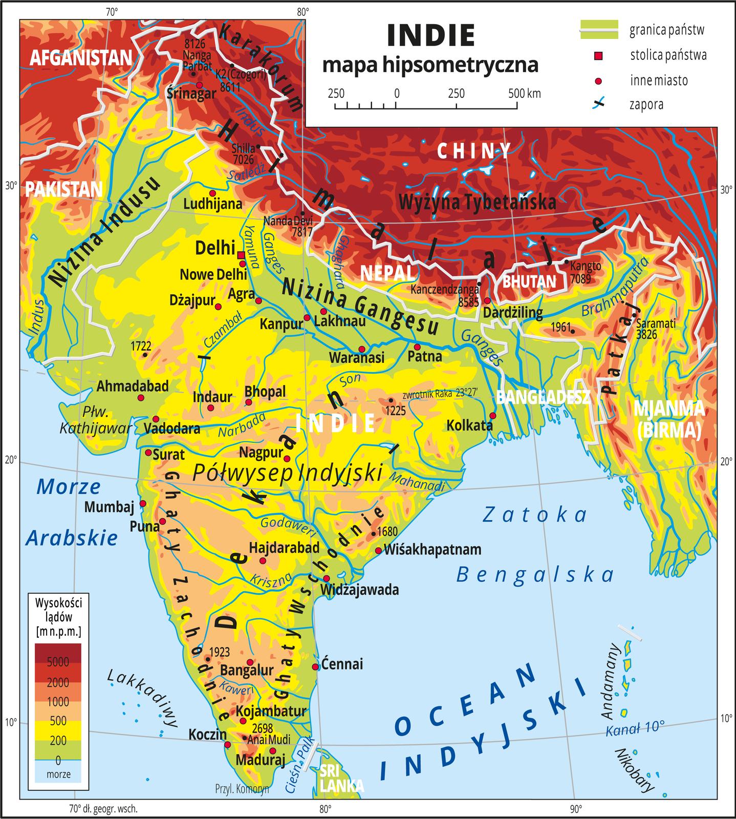 Ilustracja przedstawia mapę hipsometryczną Indii. Wobrębie lądów występują obszary wkolorze zielonym, żółtym, pomarańczowym iczerwonym. WIndiach przeważają wyżyny, niziny są wdolinach rzek (Indus, Ganges) ina wybrzeżach. Północna część mapy obejmuje tereny wyżynne wChinach. Morza zaznaczono kolorem niebieskim. Na mapie opisano nazwy półwyspów, wysp, nizin, wyżyn ipasm górskich, mórz, zatok, rzek ijezior. Poprowadzono granice państw iopisano nazwy państw. Oznaczono iopisano stolice igłówne miasta. Oznaczono czarnymi kropkami iopisano szczyty górskie. Mapa pokryta jest równoleżnikami ipołudnikami. Dookoła mapy wbiałej ramce opisano współrzędne geograficzne co dziesięć stopni. Wlegendzie umieszczono iopisano znaki użyte na mapie.