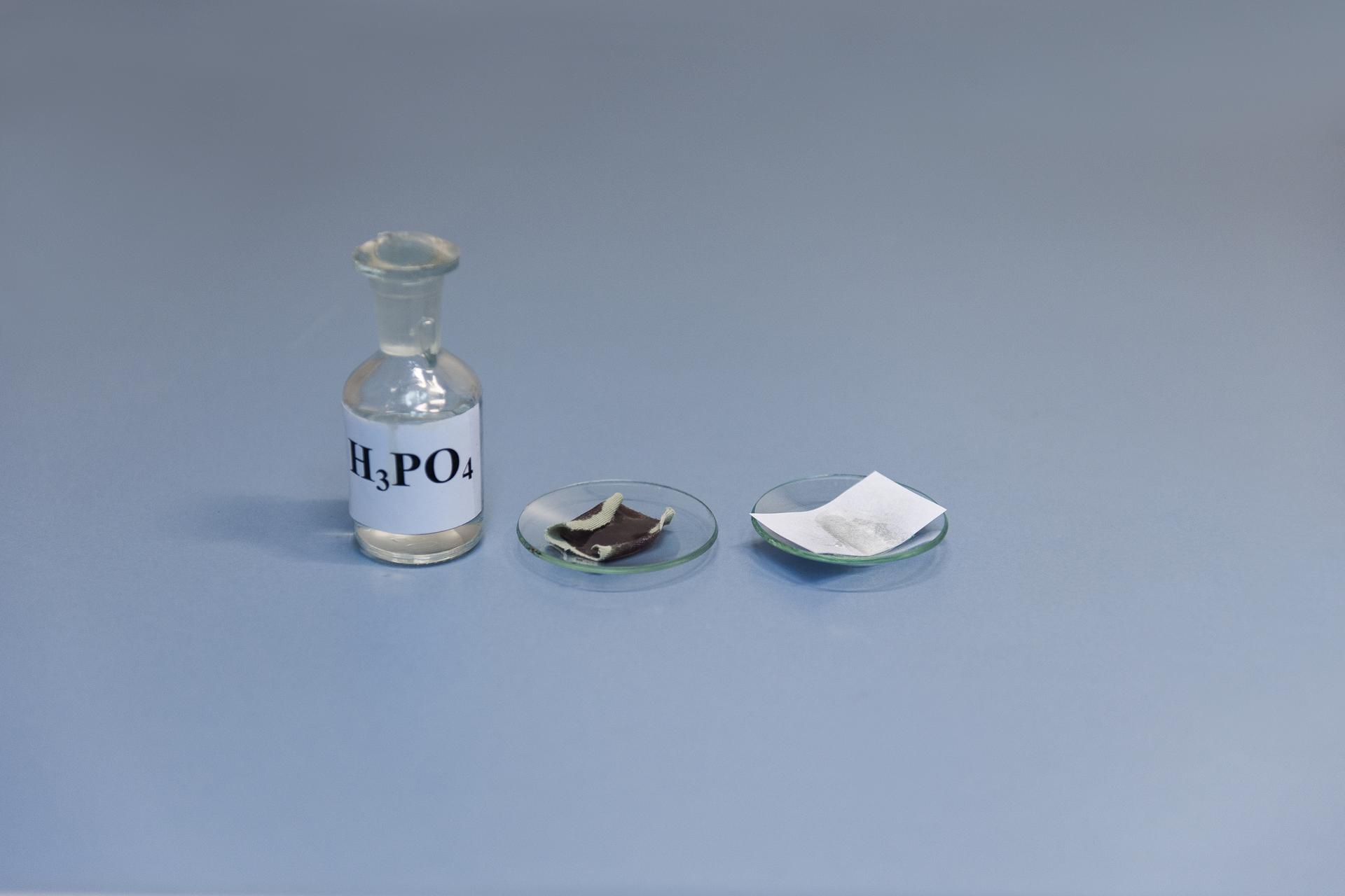 Drugie zdjęcie wgalerii przedstawia stan końcowy tego samego eksperymentu, co na ilustracji numer jeden. Papier jest zniszczony wniewielkim stopniu, natomiast tkanina pozostaje cała.