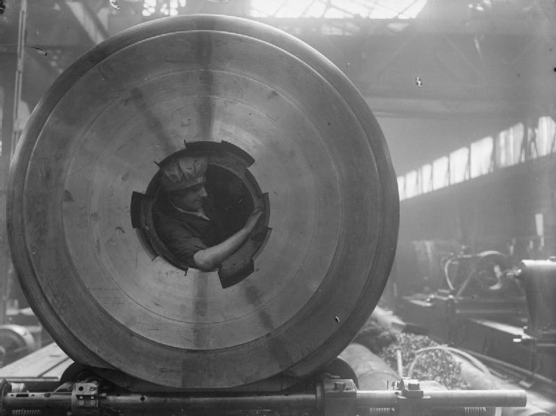 Pracownica czyszcząca lufę Źródło: Horace Nicholls, Pracownica czyszcząca lufę, 1914-1918, Imperial War Museums, domena publiczna.