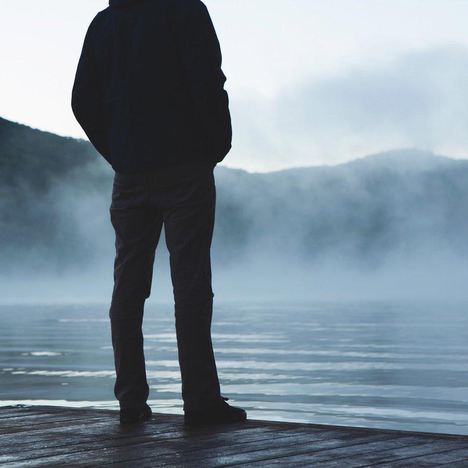Stojący mężczyzna Źródło: Stojący mężczyzna, licencja: CC 0 1.0, [online], dostępny winternecie: pexels.com.