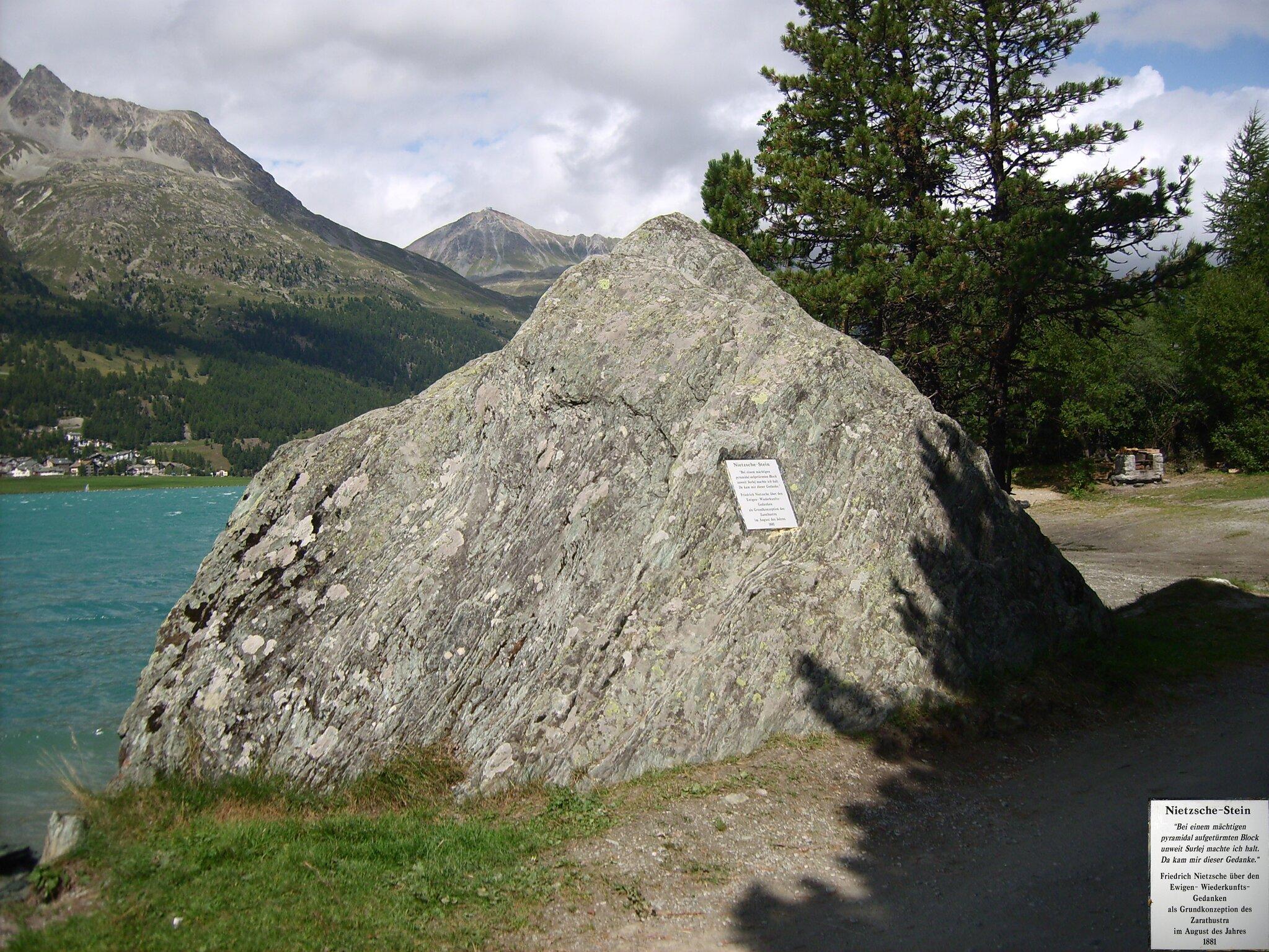 Kamień Nietzschego wSurlej, wSzwajcarii Kamień Nietzschego wSurlej, wSzwajcarii Źródło: Armin Kübelbeck, licencja: CC BY-SA 3.0.