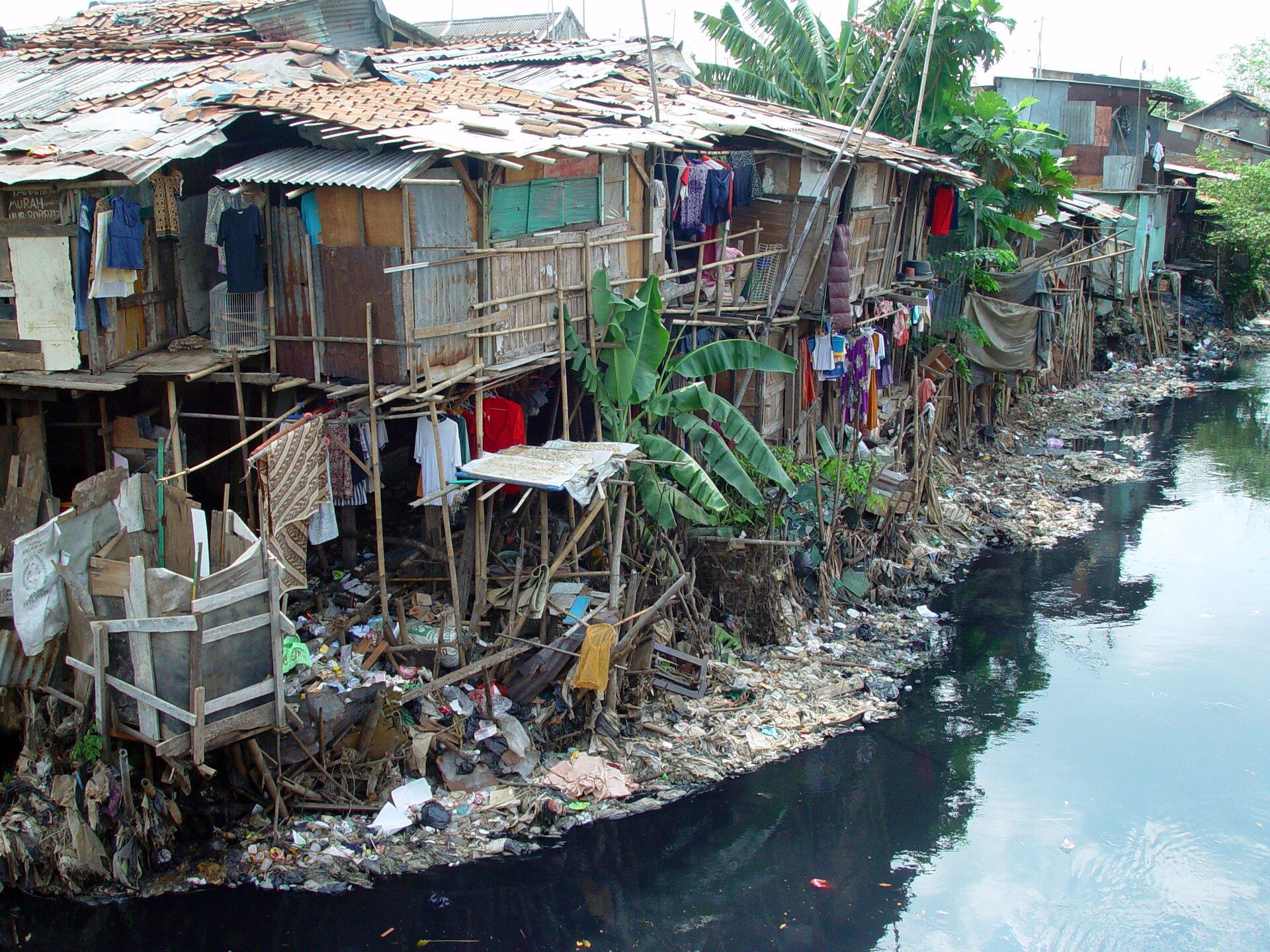 Slums zbudowany na bagnach. Źródło: Jonathan McIntosh, Slums zbudowany na bagnach. , licencja: CC BY 2.0.