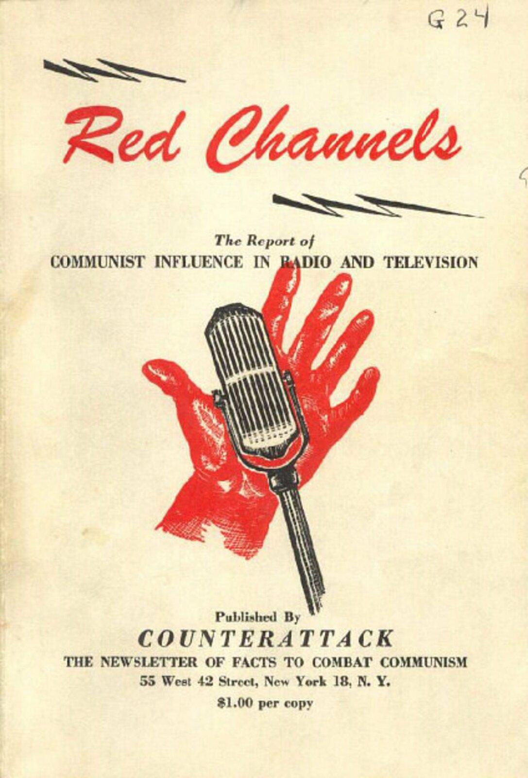 Grafika przedstawiająca plakat, na którym widać czerwoną dłoń trzymającą mikrofon. Tytuł plakatu: Red Channels. The Report of Communist influence in radio and television. Published by Counterattack. The Newsletter of facts to combat communism. One dolar per copy.