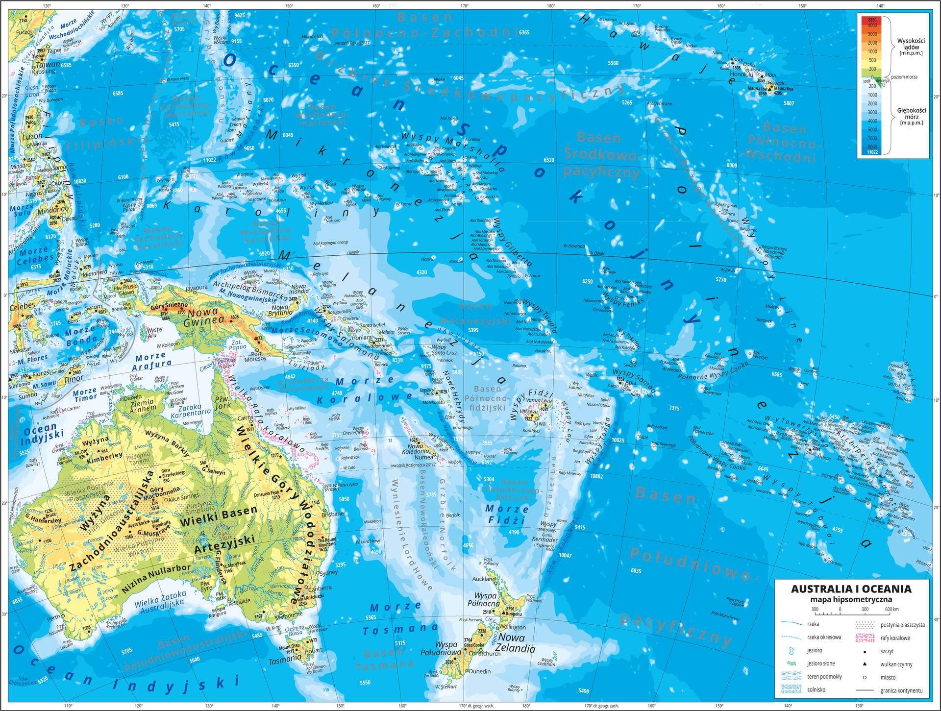 Ilustracja przedstawia mapę hipsometryczną Australii iOceanii. Wlewym dolnym rogu mapy kontynent Australii, pozostałą część mapy zajmują wyspy. Wobrębie lądów występują obszary wkolorze zielonym, żółtym, pomarańczowym iczerwonym. Przeważają niziny iwyżyny. Morza zaznaczono kolorem niebieskim. Na mapie opisano nazwy półwyspów, wysp, nizin, wyżyn ipasm górskich, mórz, zatok, rzek ijezior. Oznaczono iopisano główne miasta. Oznaczono czarnymi kropkami iopisano szczyty górskie. Trójkątami oznaczono wulkany ipodano ich nazwy iwysokości. Mapa pokryta jest równoleżnikami ipołudnikami. Dookoła mapy wbiałej ramce opisano współrzędne geograficzne co dziesięć stopni. Wlegendzie umieszczono iopisano znaki użyte na mapie.