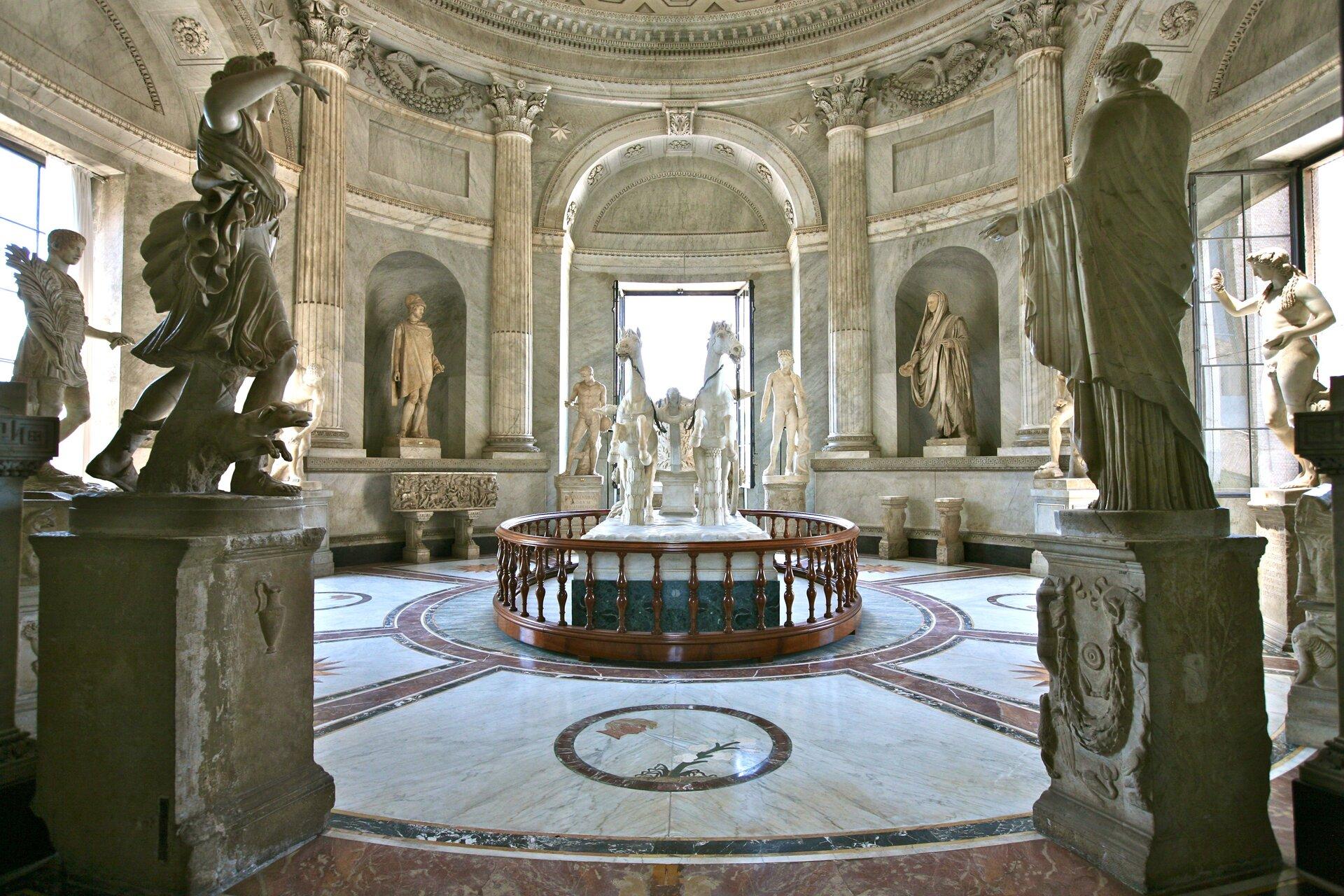 MuseoPio-Clementino (Sala della Biga) wRzymie MuseoPio-Clementino (Sala della Biga) wRzymie Źródło: Alex Proimos, licencja: CC BY 2.0.