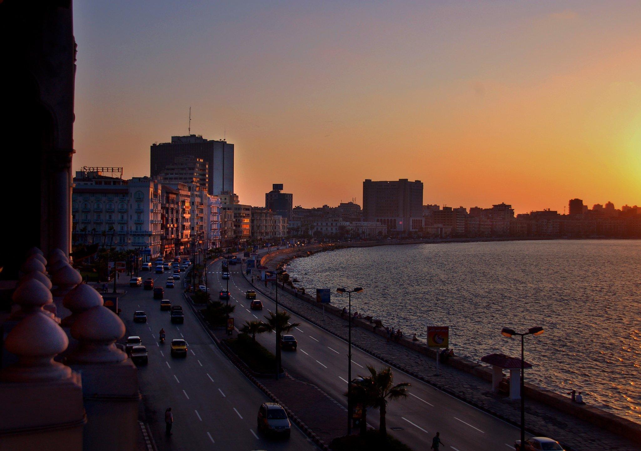 Fotografia zzagranicznym krajobrazem: miasto, morze, palmy