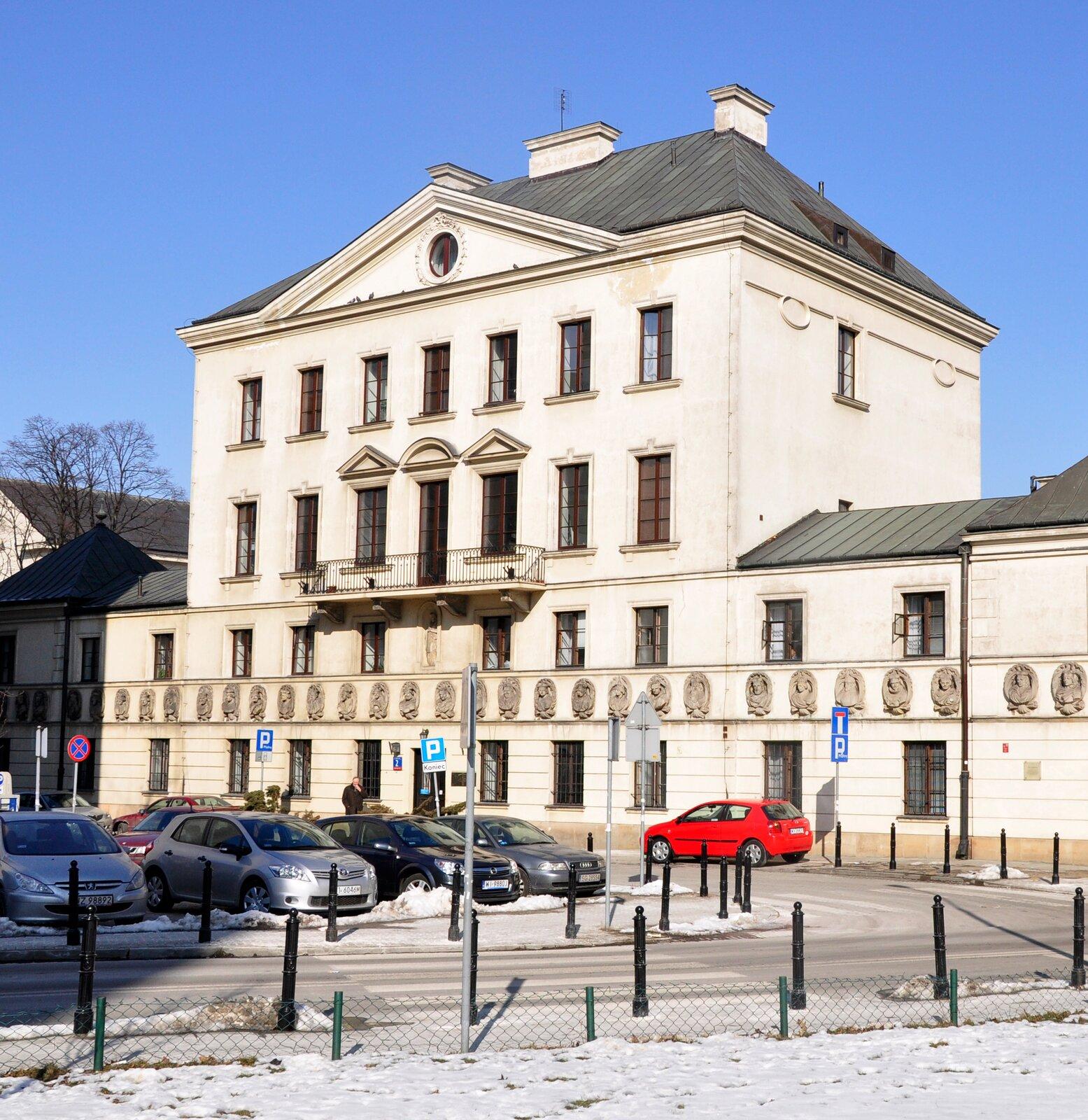 Wtym warszawskim budynku mieściła się pierwsza polska biblioteka publiczna Wtym warszawskim budynku mieściła się pierwsza polska biblioteka publiczna Źródło: 2011, licencja: CC BY 3.0.