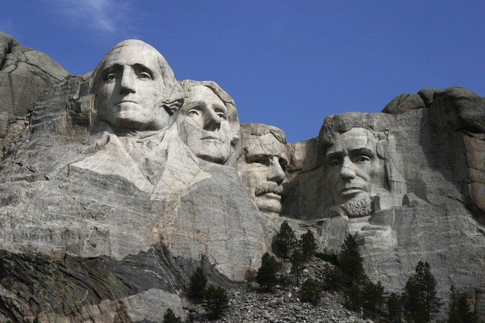 Na zdjęciu twarze czterech prezydentów wyrzeźbione wgórskim, skalistym stoku.