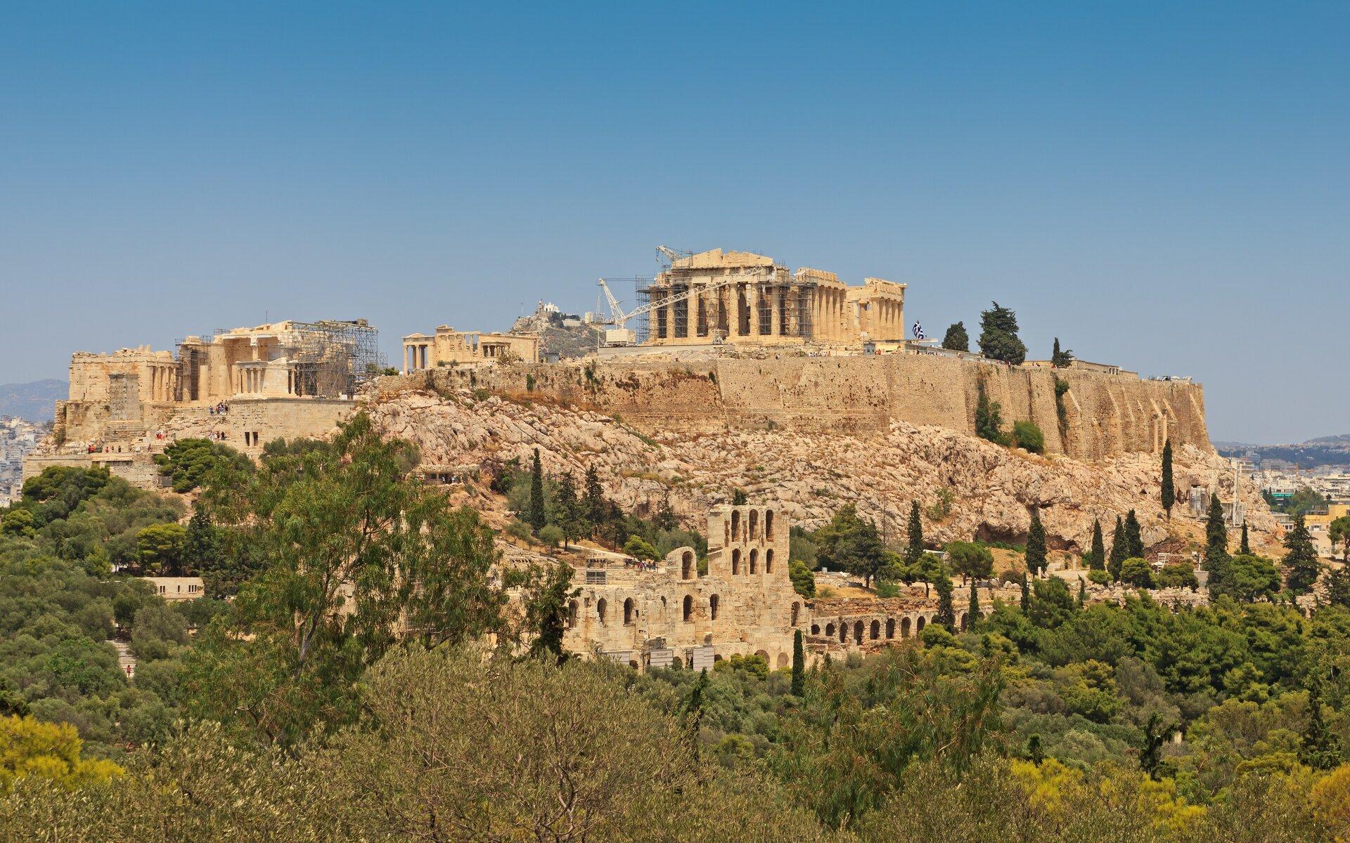 Na zdjęciu starożytna budowla na szczycie wzgórza.