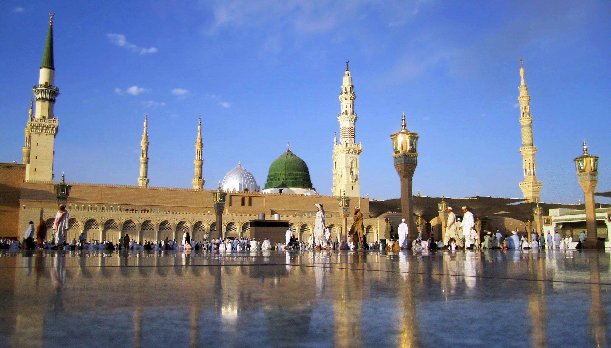Mahomet został pochowany wMeczecie Proroka − miejscu, gdzie znajdował się jego dom wMedynie. Obok spoczywa jego córka Fatima, anieopodal wielcy następcy Mahometa ipierwsi przywódcy muzułmanów: Abu Bakr iUmar. Medyna jest drugim po Mekce świętym miastem islamu. Trzecim jest Jerozolima. Mahomet został pochowany wMeczecie Proroka − miejscu, gdzie znajdował się jego dom wMedynie. Obok spoczywa jego córka Fatima, anieopodal wielcy następcy Mahometa ipierwsi przywódcy muzułmanów: Abu Bakr iUmar. Medyna jest drugim po Mekce świętym miastem islamu. Trzecim jest Jerozolima. Źródło: Wurzelgnohm, Wikimedia Commons, licencja: CC 0.