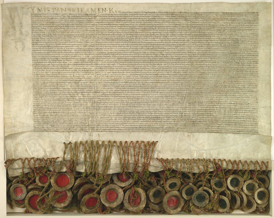 Zdjecie przedstawia podpisanyiopieczętowany przez przedstawicieli Polski iLitwy dokument