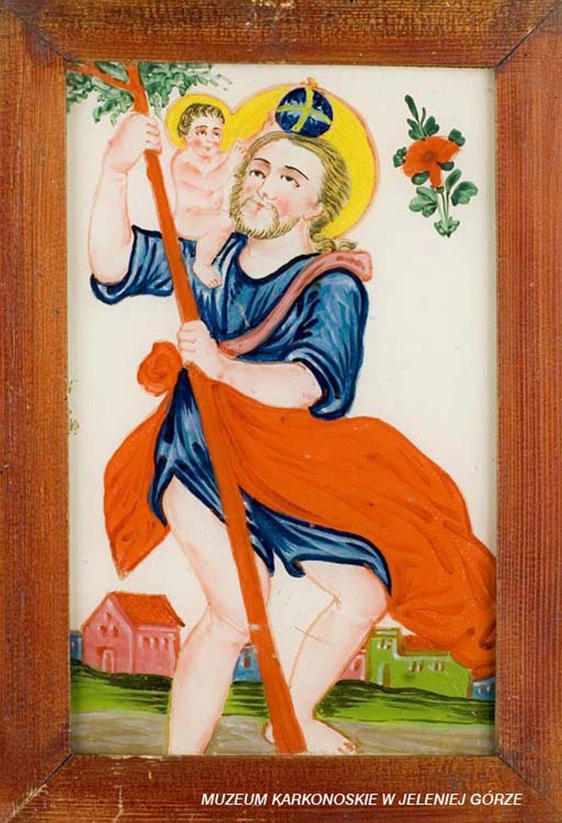 Ilustracja przedstawia malowidło na szkle, które ukazuje świętego Krzysztofa. Postać trzyma wdłoniach kij, ana ramieniu niesie Dzieciątko Jezus. Mężczyzna ma niebieską szatę, przepasaną czerwonym materiałem. Obie postacie mają nad głowami złote nimby. Wtle, udołu rysunku znajdują się niewielkie zabudowania. Na wysokości głowy postaci obraz dekoruje czerwony kwiat.