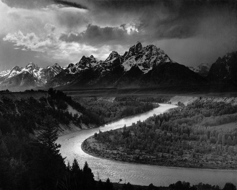 Góry Teton irzeka Snake Źródło: Ansel Adams, Góry Teton irzeka Snake, 1942, fotografia czarno-biała, domena publiczna.