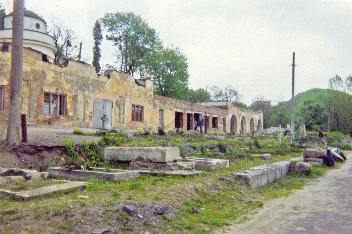 Cmentarz Orląt Lwowskich - młodych obrońców Lwowa zlat 1918 - 1920. Zdjęcie wykonane zostało w1971 r. Cmentarz Orląt Lwowskich - młodych obrońców Lwowa zlat 1918 - 1920. Zdjęcie wykonane zostało w1971 r. Źródło: PrzemekL, licencja: CC BY-SA 3.0.