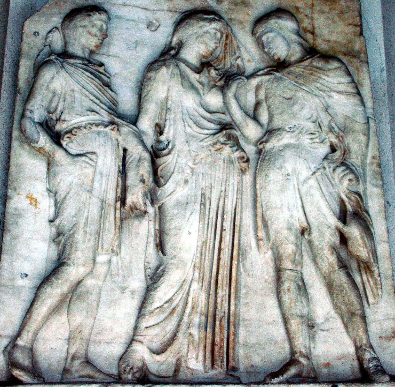 Płaskorzeźba przedstawiająca Orfeusza, który ogląda się na Eurydykę, kiedy Hermes zabiera ją zpowrotem do krainy cieni Płaskorzeźba przedstawiająca Orfeusza, który ogląda się na Eurydykę, kiedy Hermes zabiera ją zpowrotem do krainy cieni Źródło: płaskorzeźba, domena publiczna.