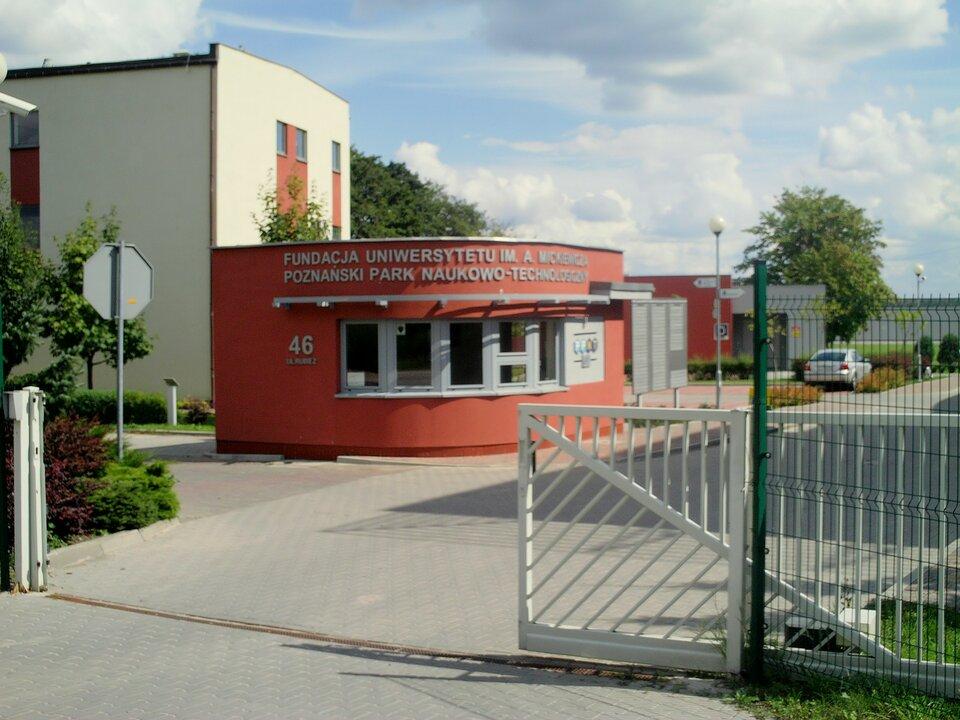 Na zdjęciu wjazd na teren Poznańskiego Parku Naukowo-Technicznego. Nowoczesne budynki.