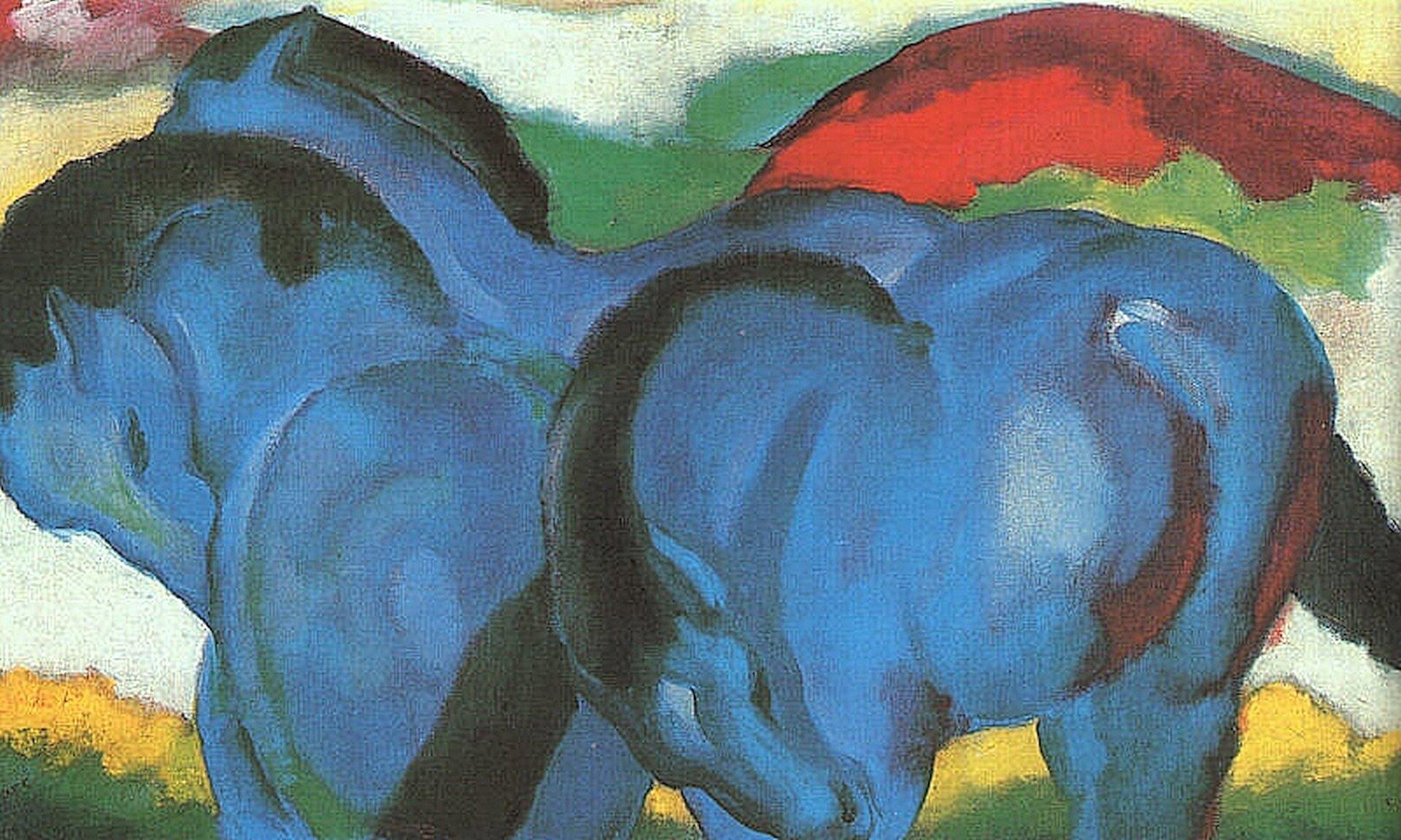 """Ilustracja przedstawia dzieło Franza Marca pt. """"Mały niebieski koń"""". Artysta przedstawił trzy niebieskie konie, które odwrócone są tyłem do odbiorcy. Konie mają czarne grzywy iogony."""