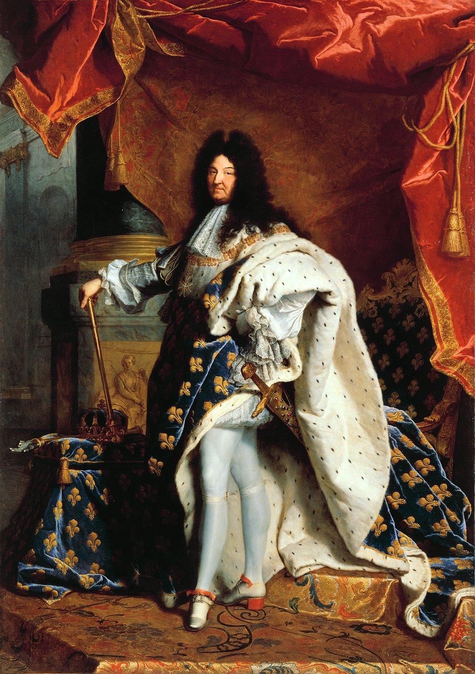 Portret Ludwika XIV wstroju koronacyjnym. Oficjalnyportret Ludwika XIV wstroju koronacyjnym. Obraz namalował Hyacinthe Rigaud (1659-1743), portret powstał w1701 r., zatem już pod koniec życia króla, po największych triumfach. Obecnie obraz znajduje się wLuwrze. Źródło: Hyacinthe Rigaud, Portret Ludwika XIV wstroju koronacyjnym., 1701, Luwr, domena publiczna.