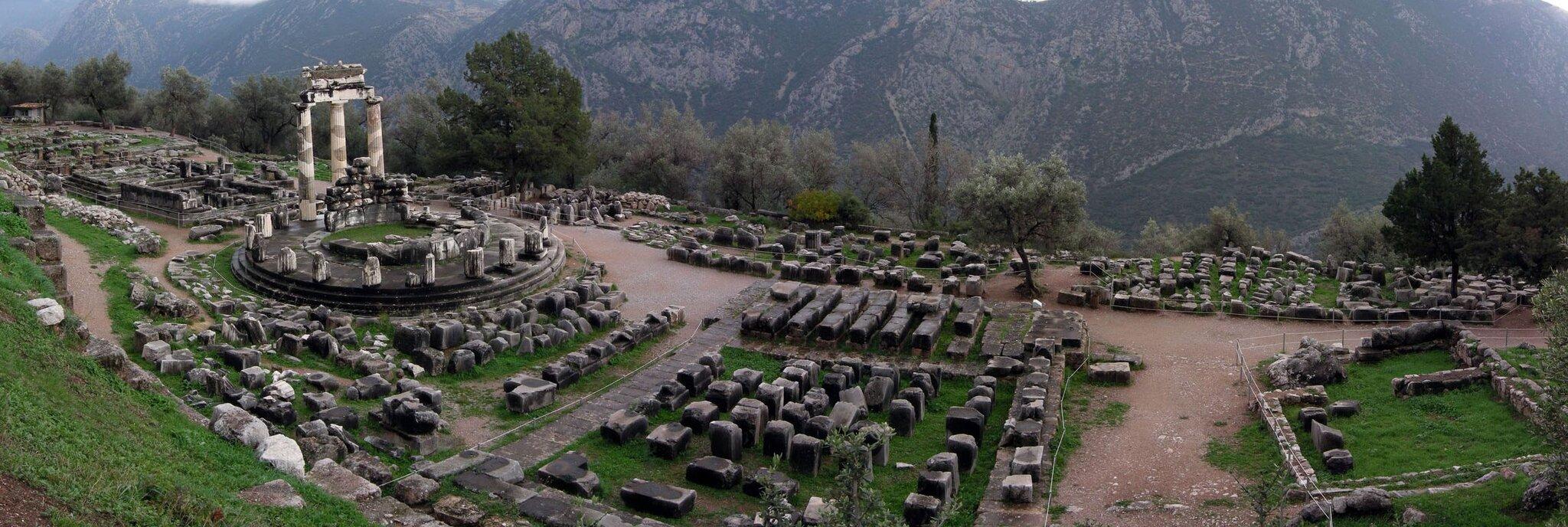 Ruiny świątyni Ateny wDelfach wGrecji Ruiny świątyni Ateny wDelfach wGrecji Źródło: Luarvick, licencja: CC BY-SA 3.0.